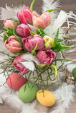 Ostern-Dekoration mit Tulpenblumen und -eiern Stockbild