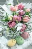 Ostern-Dekoration mit Tulpenblumen und -eiern Stockfotografie