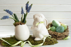 Ostern-Dekoration mit weißem Kaninchen, Frühlingsblumen und Eiern Östliches Häschen Lizenzfreie Stockbilder