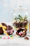 Ostern-Dekoration: Nest, Wachtel-Eier in einem Glas Stockbilder