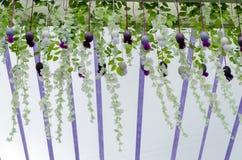 Ostern-Dekorationen, dekorative helle Blumen mit künstlichen Blättern und Blumen stockfotos