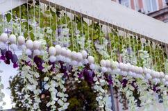 Ostern-Dekorationen, dekorative helle Blumen mit k?nstlichen Bl?ttern und Blumen lizenzfreie stockfotografie