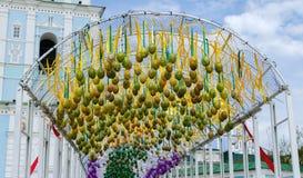 Ostern-Dekorationen, dekorative helle Blumen mit k?nstlichen Bl?ttern und Blumen stockfotos