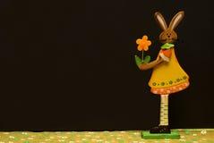 Ostern-Dekorationsblumen und -hasen lizenzfreies stockbild