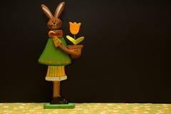 Ostern-Dekorationsblumen und -hasen lizenzfreie stockfotos