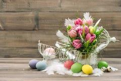 Ostern-Dekorationseier und rosa Tulpenblumen Lizenzfreie Stockfotos
