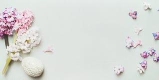 Ostern-Dekorei mit Hyazinthen und Blumenblatt auf hellem hölzernem Pastellhintergrund, Draufsicht, Platz für Text Stockfotos