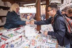 Ostern-Einkaufen - Verkäufer empfängt Zahlung Stockfoto