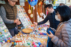 Ostern-Einkaufen - Verkäufer wickelt Ostereier ein Stockbild
