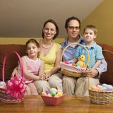 Ostern-Familienportrait. Lizenzfreies Stockfoto