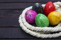 Ostern-Feiertags-Konzept Gemalte Eier im Seil Horizontale Ansicht lizenzfreie stockfotografie