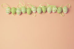 Ostern-Feiertagshintergrund mit Ostereidekorationen Lizenzfreies Stockbild
