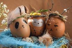 Ostern-Feiertagskonzept mit netten handgemachten Eiern, Kaninchen, Küken, Eule, Panda und Rotwild Kreative Eier für Ostern stockfoto