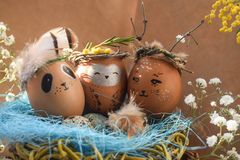 Ostern-Feiertagskonzept mit netten handgemachten Eiern, Kaninchen, Küken, Eule, Panda und Rotwild Kreative Eier für Ostern stockbilder