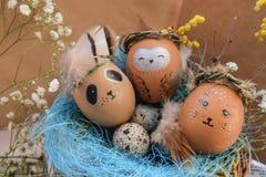 Ostern-Feiertagskonzept mit netten handgemachten Eiern, Kaninchen, Küken, Eule, Panda und Rotwild Kreative Eier für Ostern stockfotografie