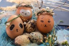 Ostern-Feiertagskonzept mit netten handgemachten Eiern, Kaninchen, Küken, Eule, Panda und Rotwild Kreative Eier für Ostern lizenzfreie stockfotografie