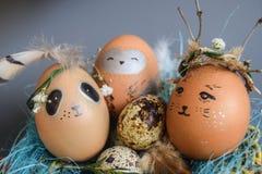 Ostern-Feiertagskonzept mit netten handgemachten Eiern, Kaninchen, Küken, Eule, Panda und Rotwild Kreative Eier für Ostern lizenzfreie stockfotos