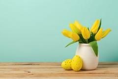 Ostern-Feiertagskonzept mit Tulpenblumen- und -eidekorationen auf Holztisch Lizenzfreie Stockfotos