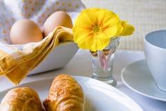Ostern-Frühstück im Weiß und im Gelb lizenzfreies stockbild