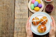 Ostern-Frühstücks-Mann, der die Platte mit den Brötchen mit einer Kundenberaterin hält Stockfoto