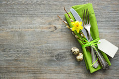 Ostern-Gedeck mit Narzisse und Tischbesteck Stockbild