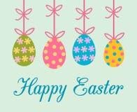 Ostern-Grußkarte mit bunten verzierten gemalten Ostereiern, die vom Bogenband mit Streifen, Blumen und Punkten hängen lizenzfreie abbildung