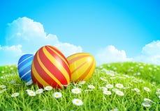 Ostern-Hintergrund mit aufwändigen Ostereiern auf Wiese. Stockbild