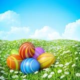Ostern-Hintergrund mit aufwändigen Ostereiern auf Wiese. Lizenzfreie Stockbilder
