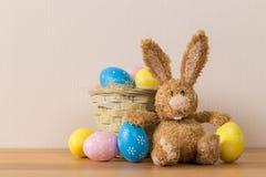 Ostern-Häschen mit gemaltem Ei auf hölzernem Hintergrund lizenzfreies stockfoto