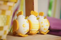 Ostern-Hühner von den Eiern mit Korb Stockfoto