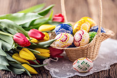 ostern Handgemachte gemalte Ostereier in den Korb- und Frühlingstulpen Lizenzfreie Stockfotos