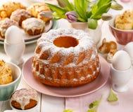 Ostern-Hefekuchen besprüht mit Puderzucker auf der Feiertagstabelle lizenzfreie stockfotografie