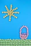 Ostern-Hintergrund gemacht von Ei-geformter Süßigkeit Stockbilder
