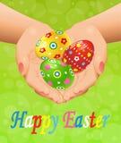 Ostern-Hintergrund mit den Händen und Ostereiern Lizenzfreie Stockbilder