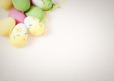Ostern-Hintergrund mit Eiern Stockfotografie