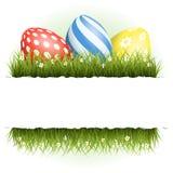 Ostern-Hintergrund mit Eiern im Gras und mit copyspace Stockfoto