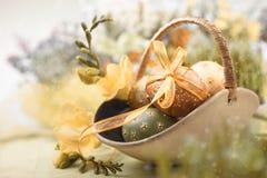 Ostern-Hintergrund mit Eiern und Frühlingsblumen, Lizenzfreies Stockfoto