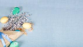 Ostern-Hintergrund mit Eiern und Pussyweide Verhältnis16:9 Lizenzfreies Stockfoto