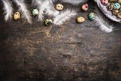 Ostern-Hintergrund mit farbigen Eiern, Federn und Korb, Draufsicht lizenzfreie stockbilder