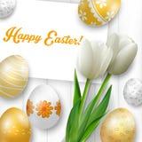 Ostern-Hintergrund mit farbigen Eiern, weißen Tulpen und Grußkarte über weißem Holz Lizenzfreie Stockfotos