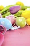 Ostern-Hintergrund mit gemalten Osterei-, Gelben und Purpurrotensilk Tulpen Stockbilder