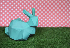 Ostern-Hintergrund mit Kaninchen auf dem Gras Stockbilder