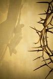 Ostern-Hintergrundillustration mit Dornenkrone auf Pergamentpapier und Jesus Christ auf dem Kreuz blendete ein Stockfotografie