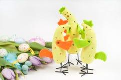 Ostern-Huhnfamilie mit Tulpen und Eiern Stockfoto
