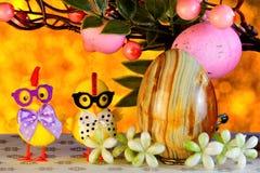 Ostern ist ein gro?er und heller Feiertag, ein nettes Huhn, das von einem Ei ausgebr?tet wird E Das traditionelle lizenzfreie stockfotografie
