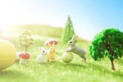 Ostern-Kaninchen auf gr?nem Gras mit Ostereiern im Traumland oder in der feenhaften Welt lizenzfreies stockbild