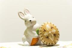 Ostern-Kaninchen mit Ei Lizenzfreies Stockbild