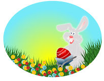 Ostern-Kaninchen mit rotem Ei (Ostern-Postkarte) Lizenzfreie Stockfotografie
