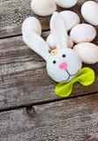 Ostern-Kaninchen und -eier auf Holztisch Stockfotos