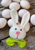 Ostern-Kaninchen und -eier auf Holztisch Lizenzfreies Stockbild